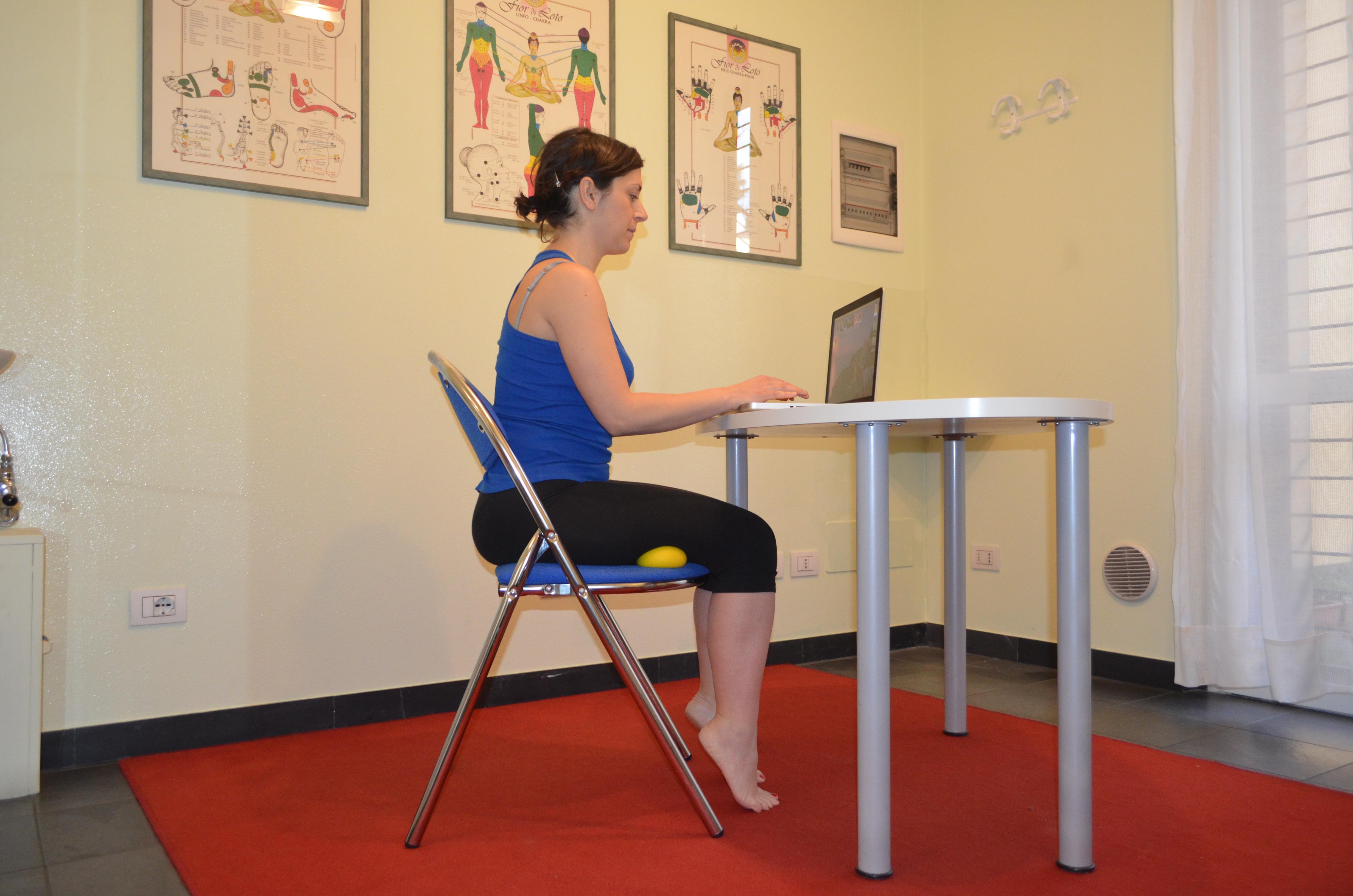 La figura a lato mostra l uso di palline di gommapiuma quelle antistress per intenderci e validi strumenti di massaggio dei femorali